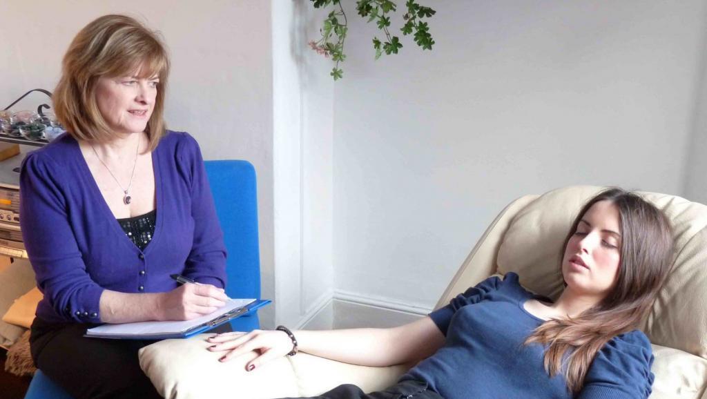 twee vrouwen in een hypnose praktijk over wat is psychosociale therapie en begeleiding