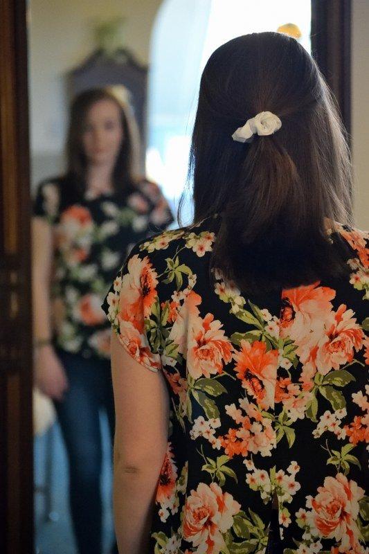 Wat is de virtuele maagband? Een vrouw voor de spiegel met een negatief zelfbeeld