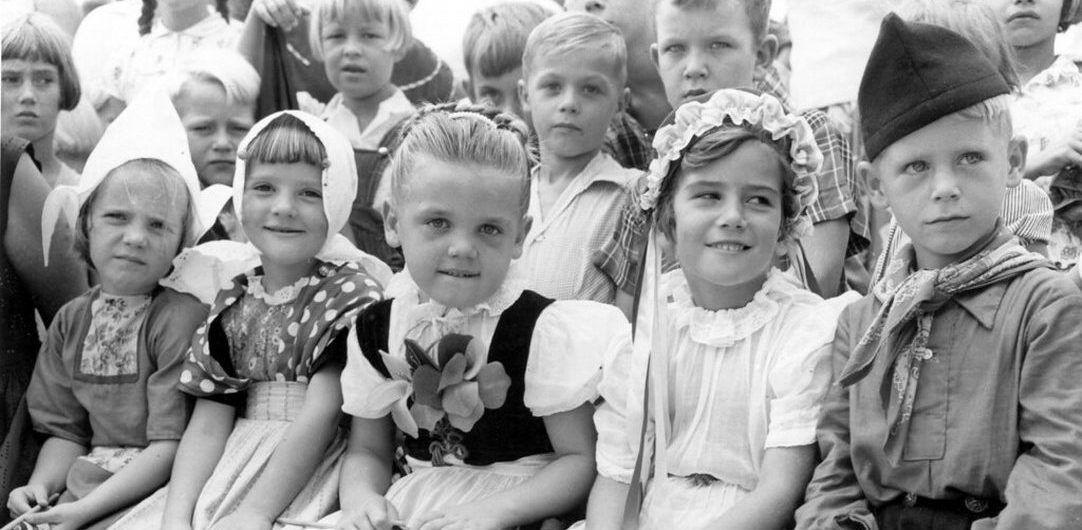 Een groep kinderen uit de jaren 60 met een strengere opvoeding dan de kinderen tegenwoordig